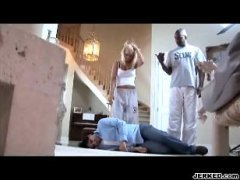 Блондиночка трахается рядом со спящим мужем, проигравшим её в карты